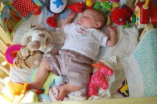 赤ちゃん布団蹴る2